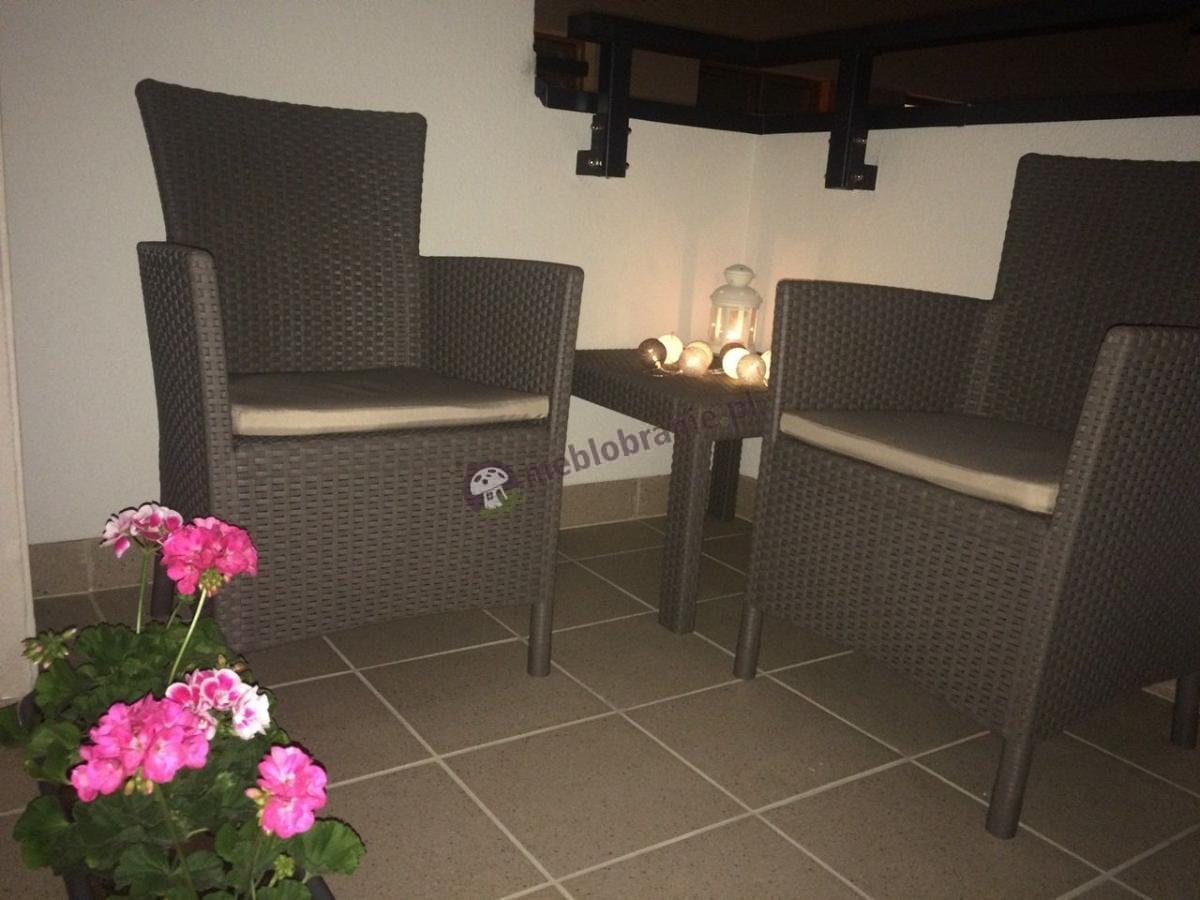 Meble balkonowe Rosario Cappuccino w ciemnej aranżacji