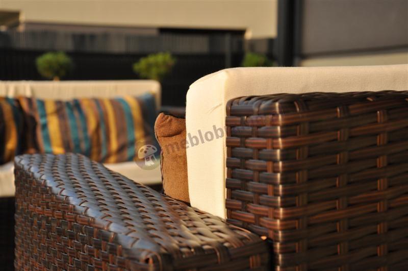 Meble balkonowe z technorattanu w promieniach zachodzącego słońca