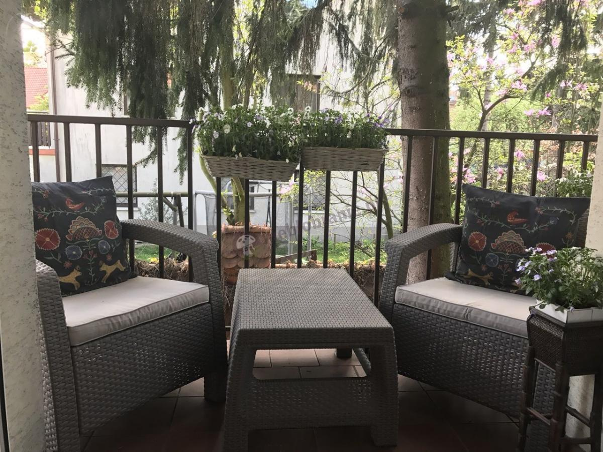 Meble Corfu na balkonie otoczonym zielenią