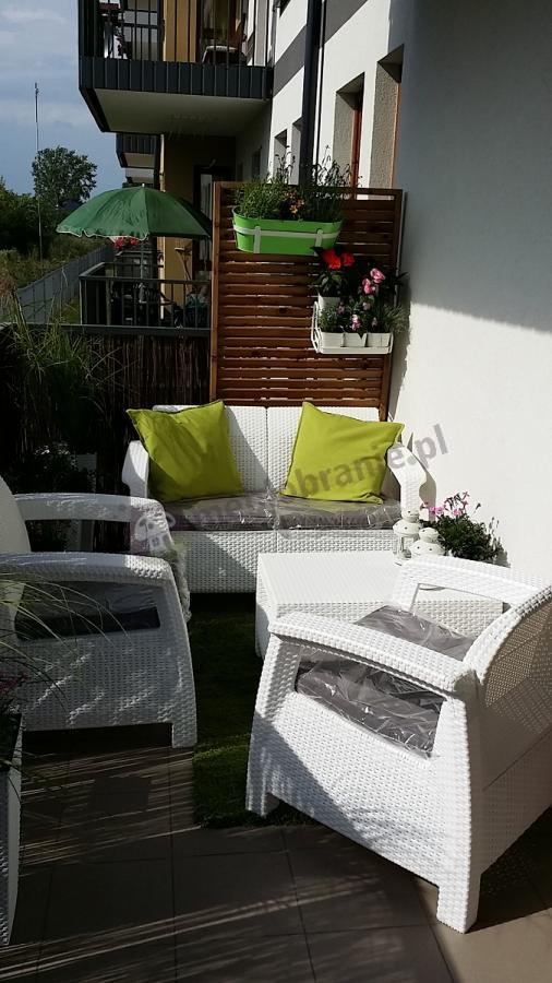 Meble Corfu Set białe ustawione na balkonie