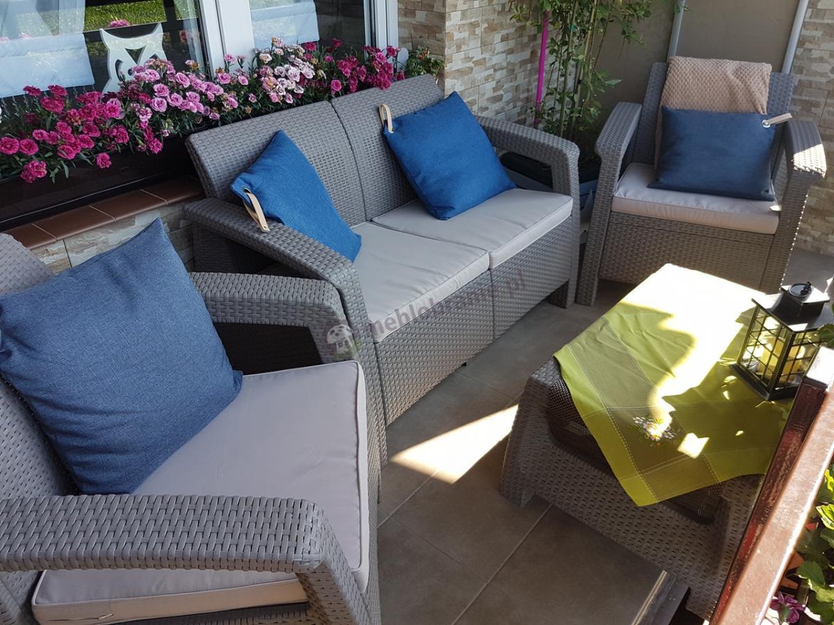 Meble Corfu Set przyozdobionę kwiatami oraz niebieski poduszkami