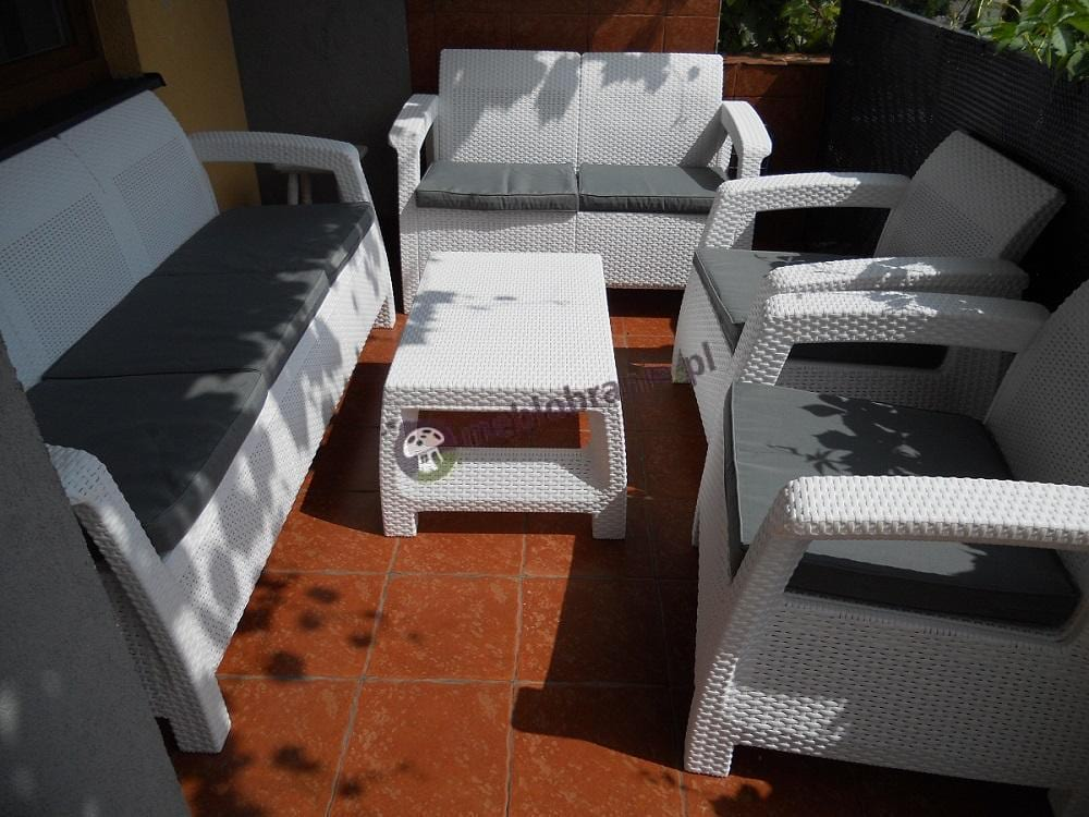 Meble Corfu Set Triple Max w białym kolorze na dużym tarasie