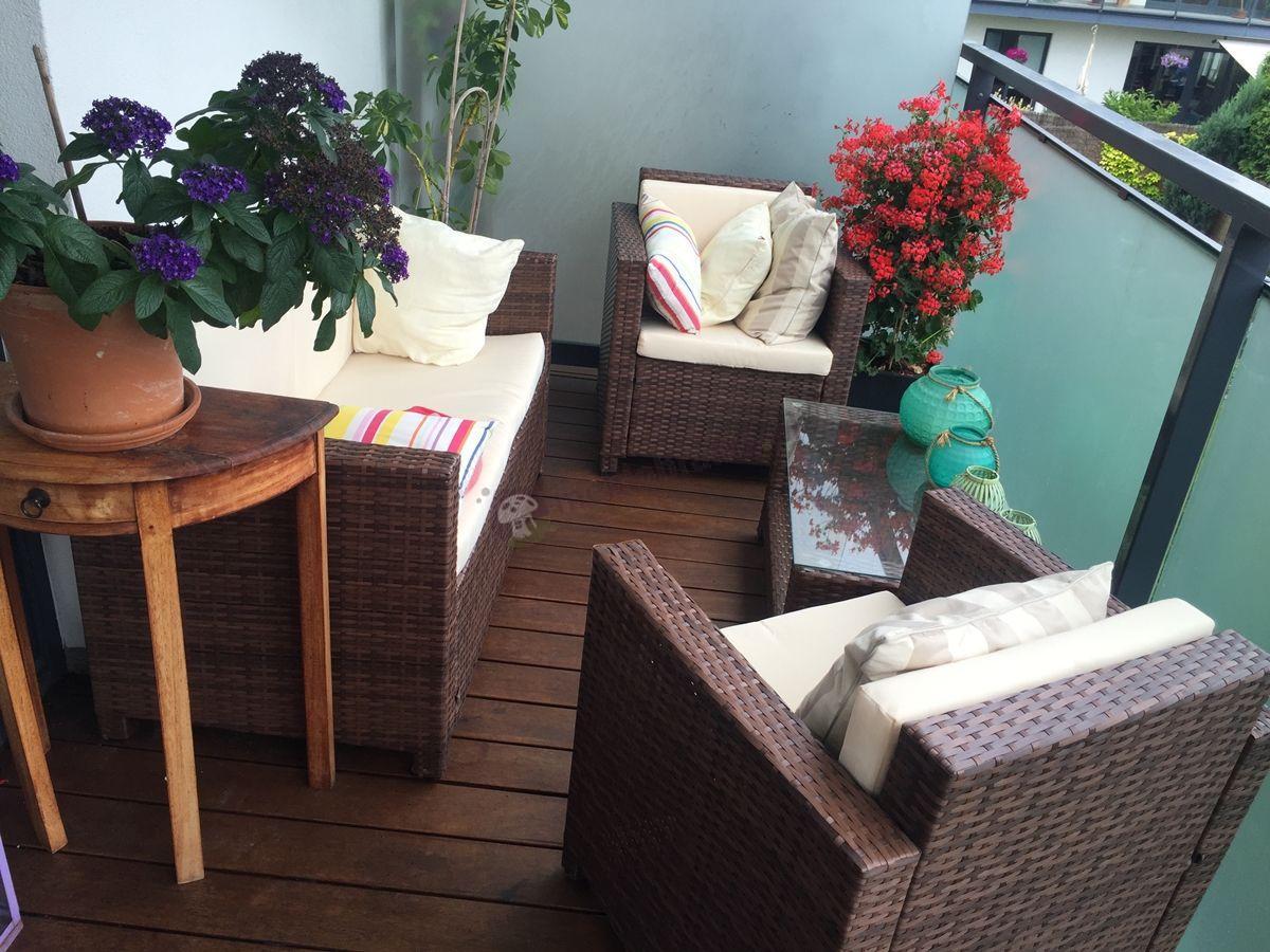 Meble do ogrodu z technorattanu używane na balkonie