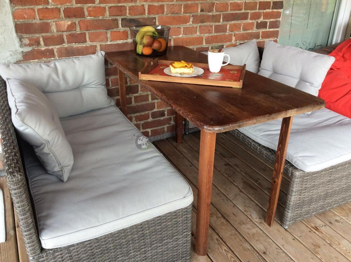 Meble na balkon technorattan uzupełnione drewnianym stołem