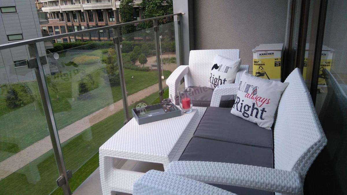 Meble ogrodowe białe na balkonie Corfu Set Curver