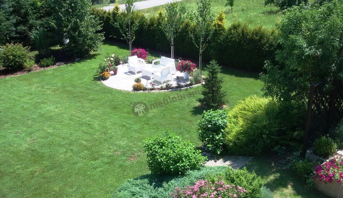 Meble ogrodowe Corfu Curver w przepastnym ogrodzie