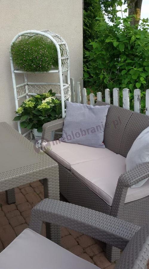 Meble ogrodowe Corfu Fiesta ozdobione dodatkowymi poduszkami