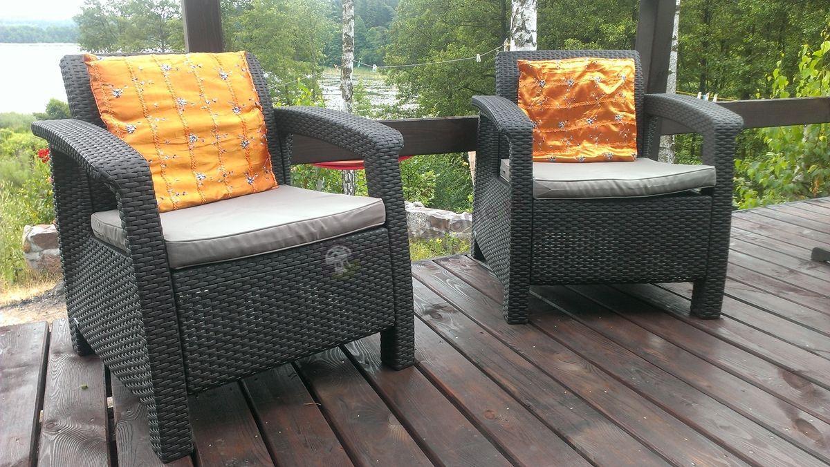 Meble ogrodowe Corfu ozdobione eleganckimi poduszeczkami