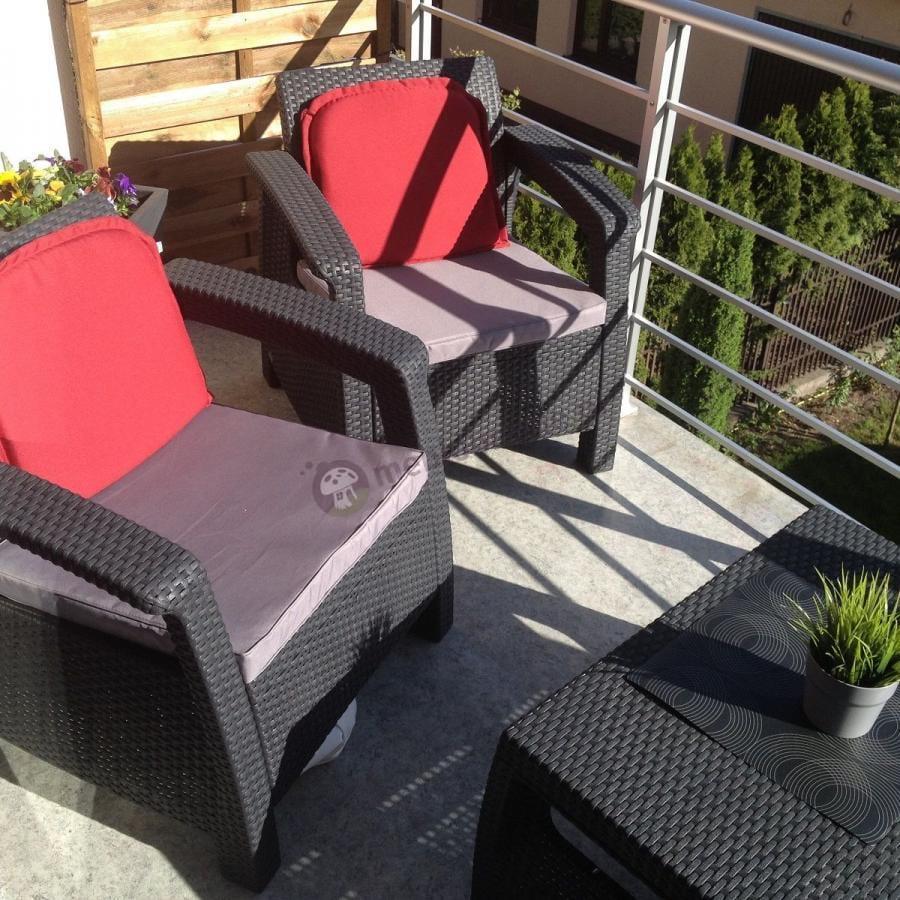 Meble ogrodowe Corfu Set Curver na balkonie