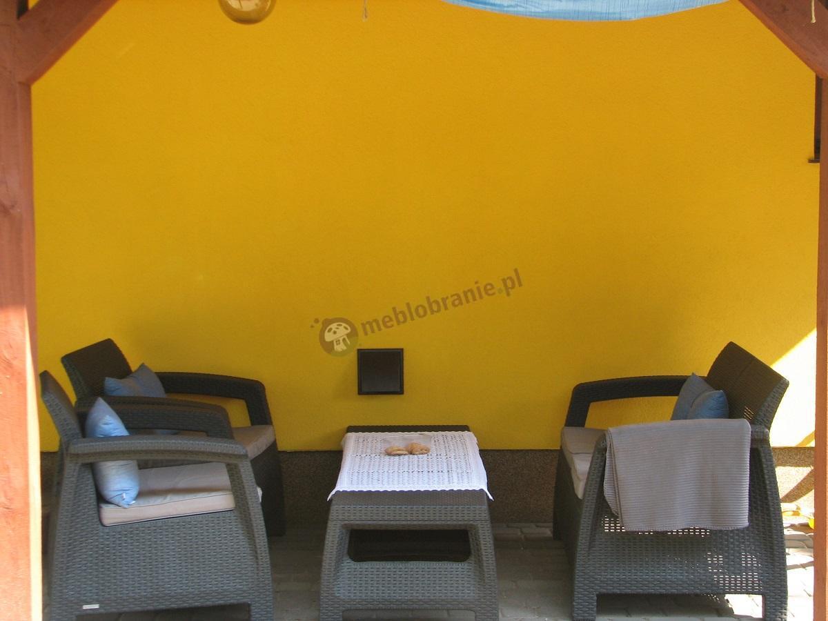 Meble ogrodowe Corfu Set na żółtym tle