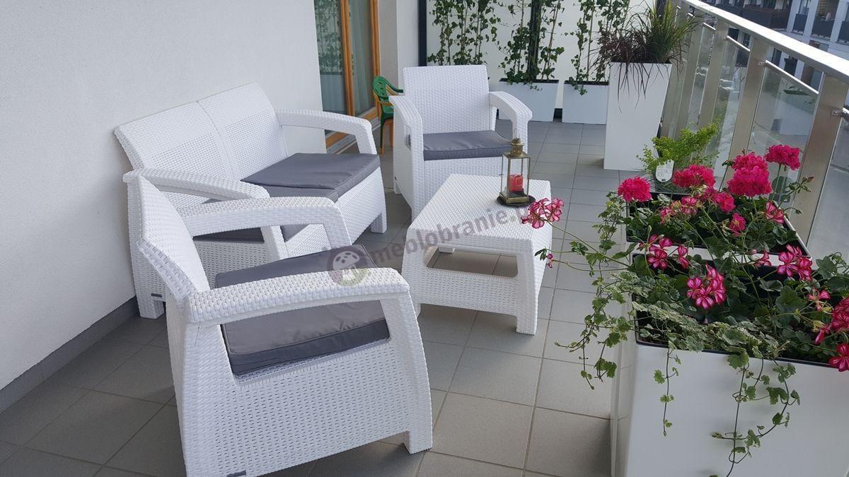 Meble ogrodowe Corfu Set ozdobione różowymi kwiatami