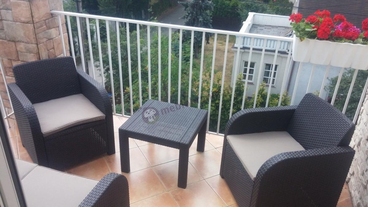 Meble ogrodowe Georgia Set Curver na niewielkim balkonie