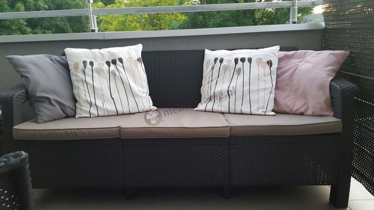 Meble ogrodowe sofy Corfu z elegancką dekoracją z poduszek