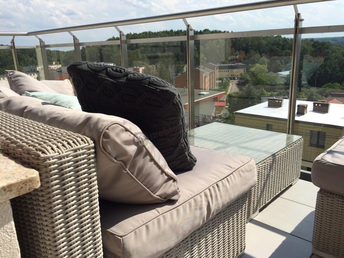 Meble ogrodowe technorattan na balkonie z pięknym widokiem
