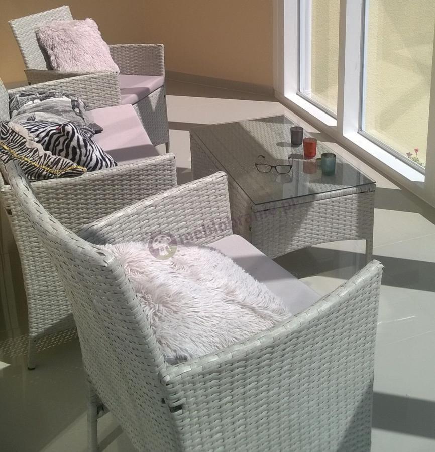 Meble ogrodowe technorattan ozdobione efektownymi poduszkami