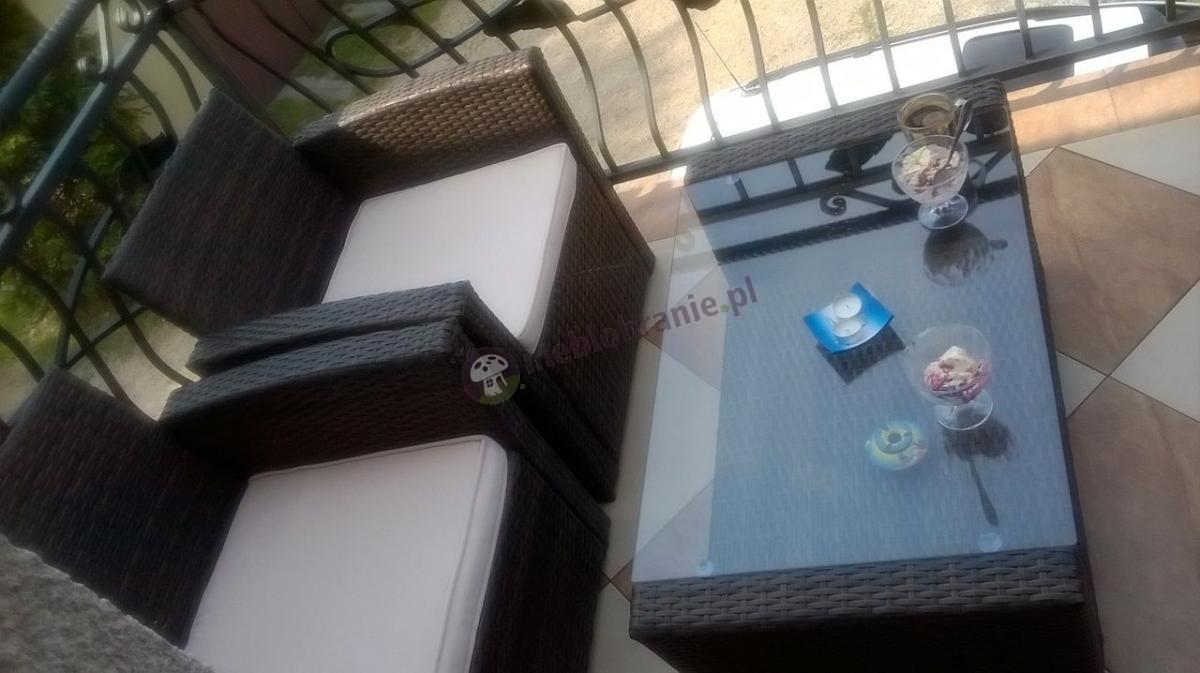 Meble ogrodowe technorattan ustawione na domowym balkonie