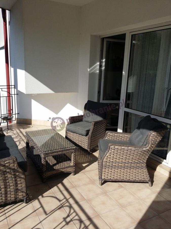 Meble ogrodowe technorattan używane na balkonie