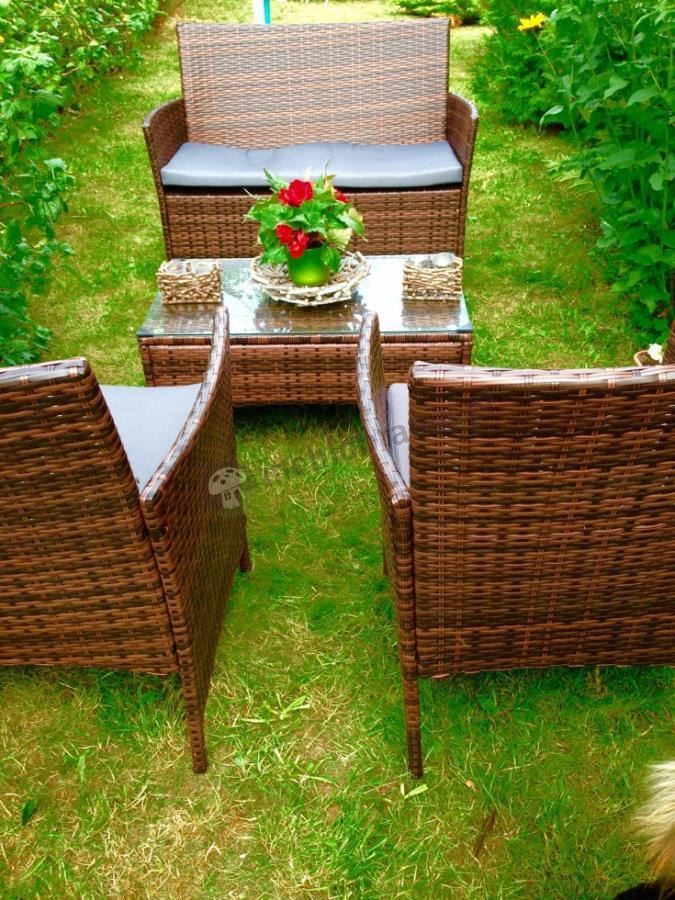 Meble ogrodowe technorattanowe uzupełnione piękną aranżacją