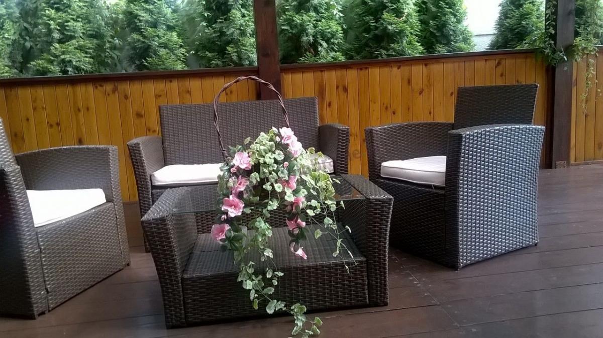 Meble ogrodowe wypoczynkowe technorattan ozdobione kwiatami