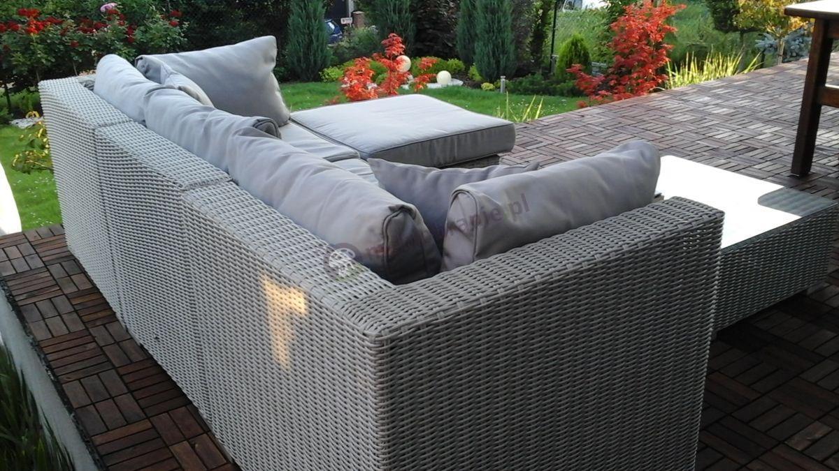 Meble ogrodowe wypoczynkowe technorattan z widokiem na ogród