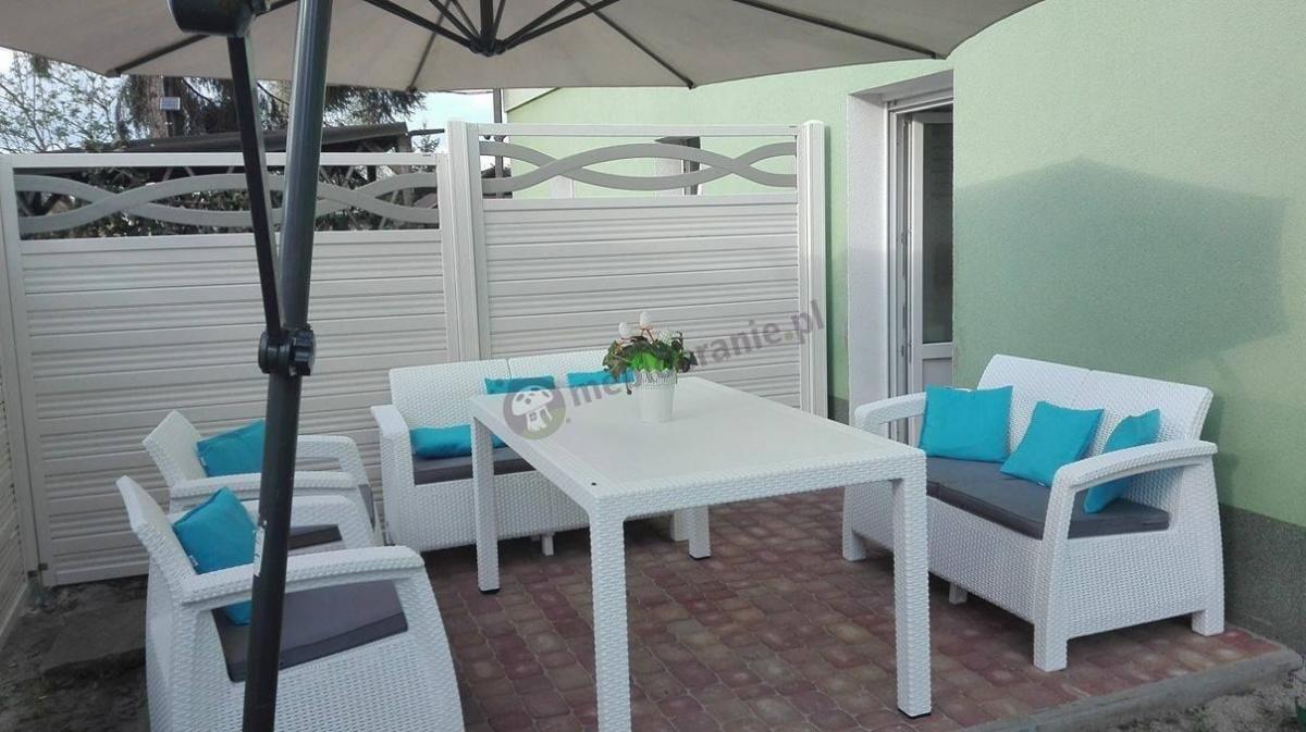 Meble ogrodowe ze stołem Curver białe Corfu Fiesta na tarasie