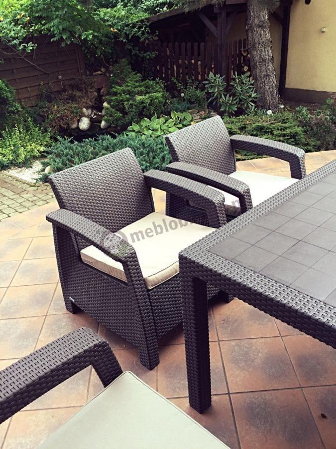 Meble wypoczynkowe Corfu Relax Duo Max brązowe wokół roślin