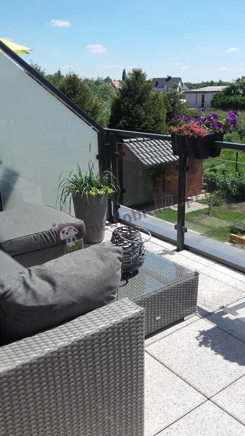 Meble z technorattanu na balkon szare z płaską plecionką