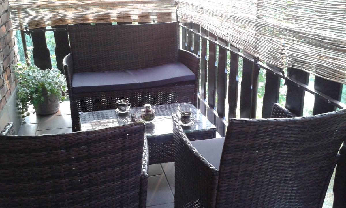 Meble z technorattanu na balkon z uroczą aranżacją