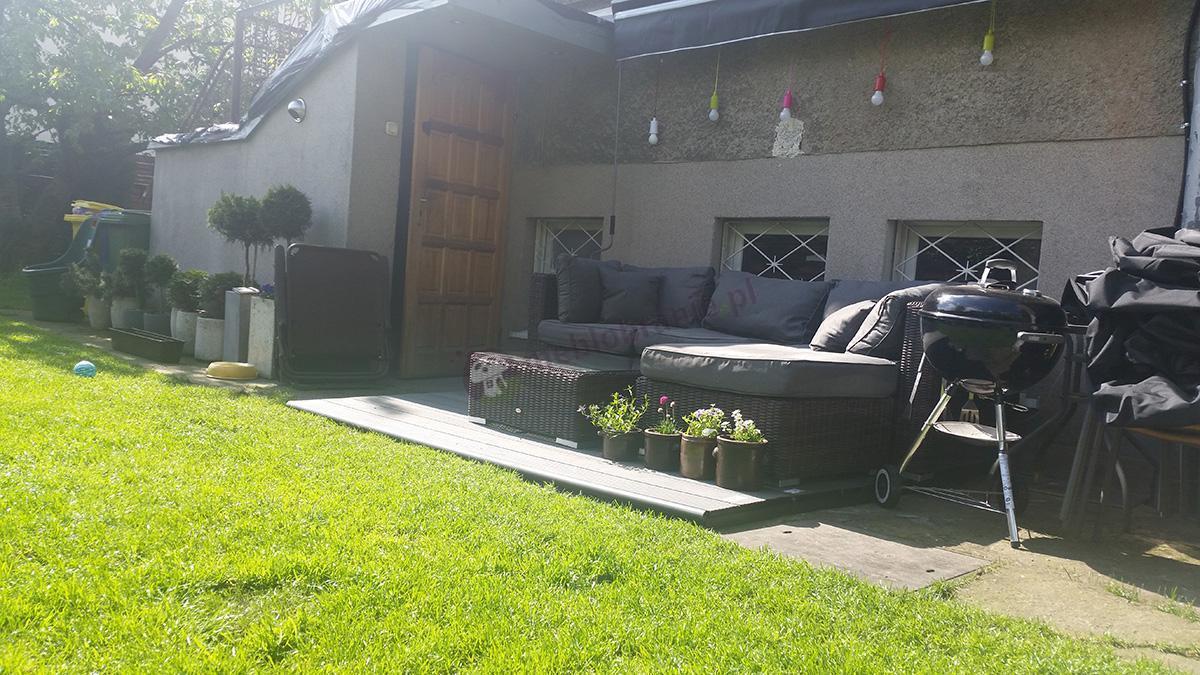 Meble z technorattanu ogrodowe ustawione przy domu