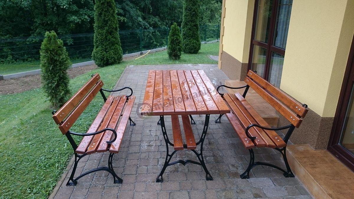 Meble żeliwne drewniane zmoczone przez letnią burzę