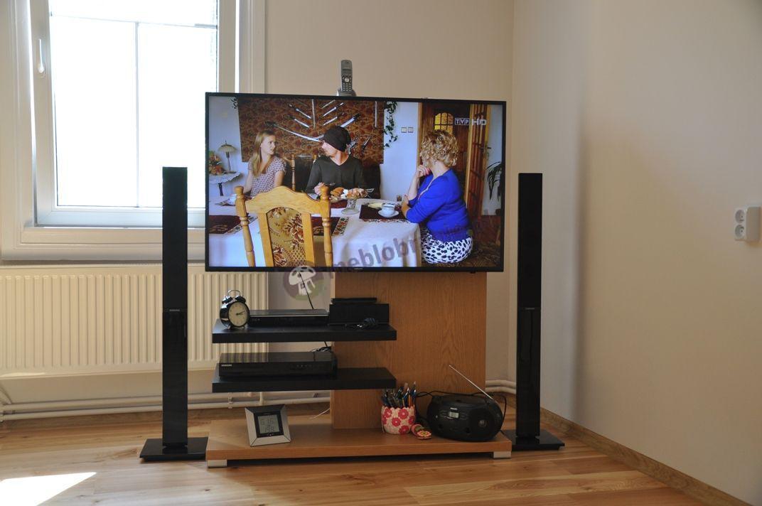 Minimalistyczny stolik RTV do salonu dębowy z czarnymi akcentami