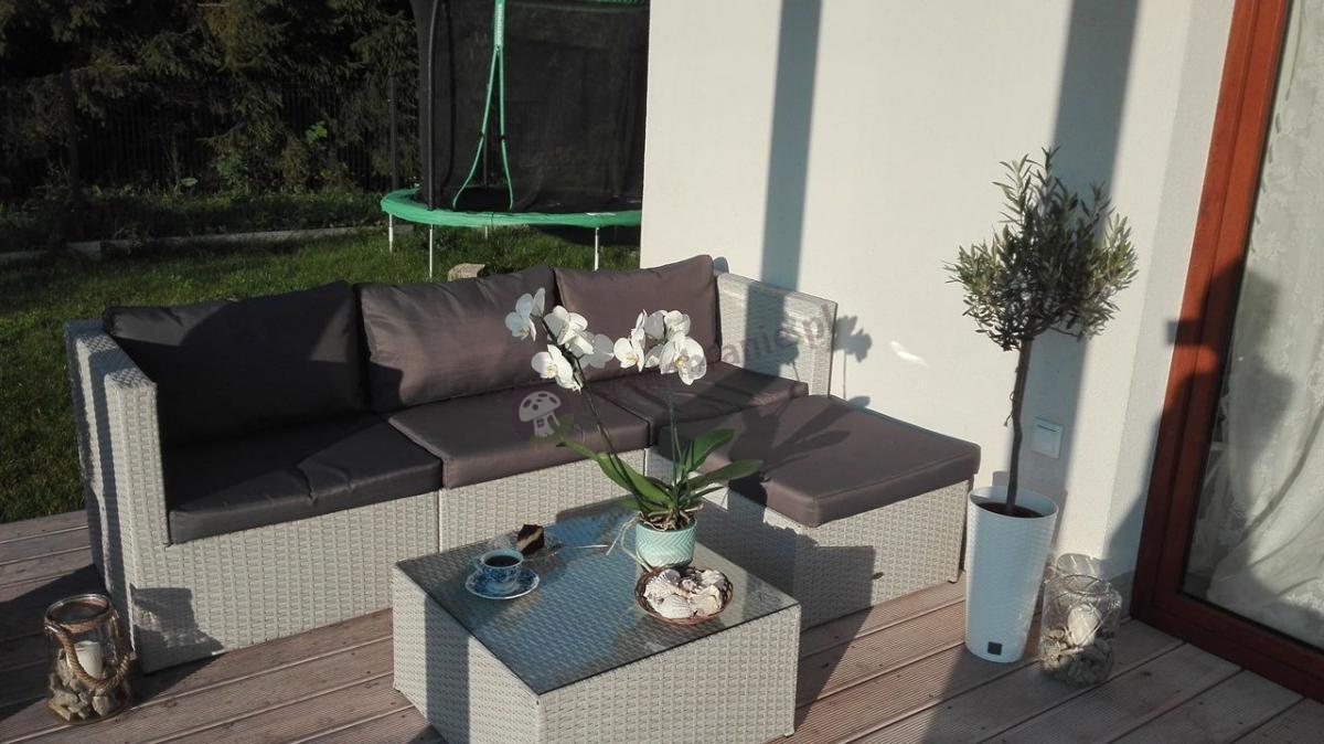 Modułowa sofa z technorattanu Farlito V na eleganckim tarasie