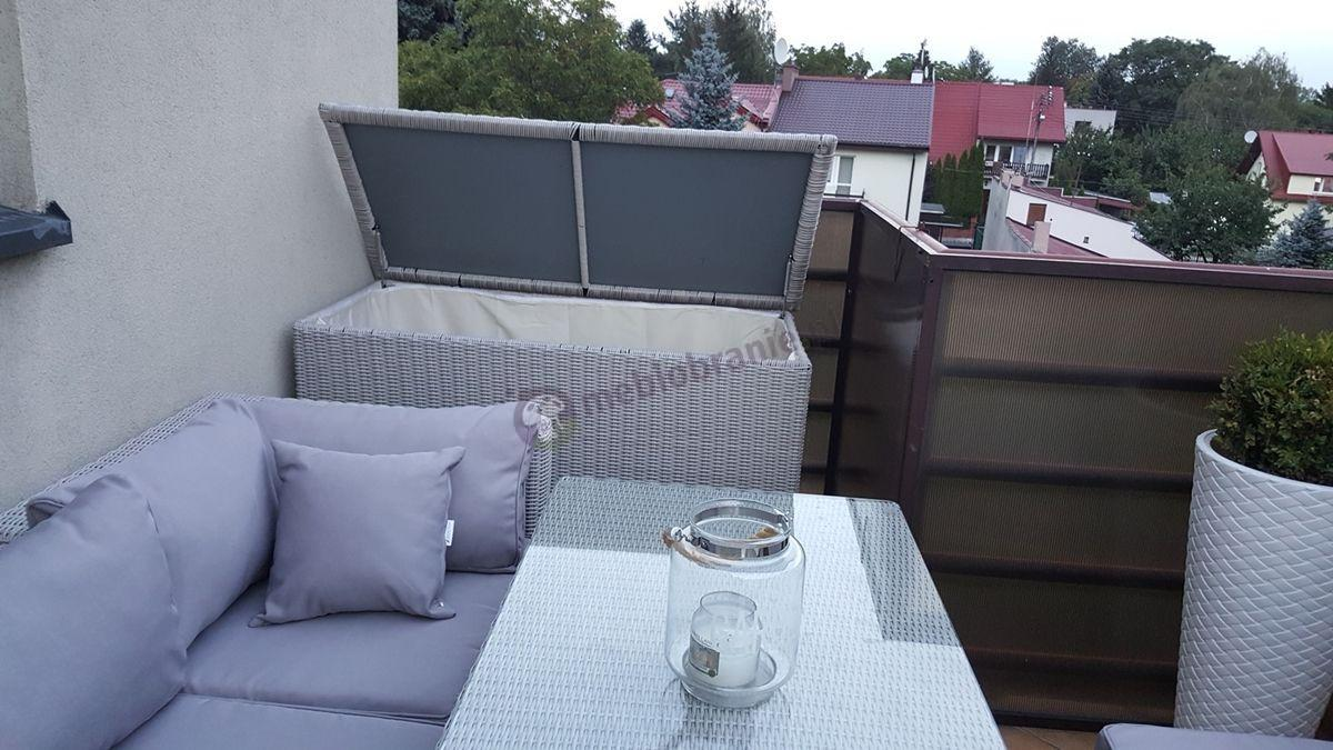 Modułowe kanapy z technorattanu z wysokimi stołami