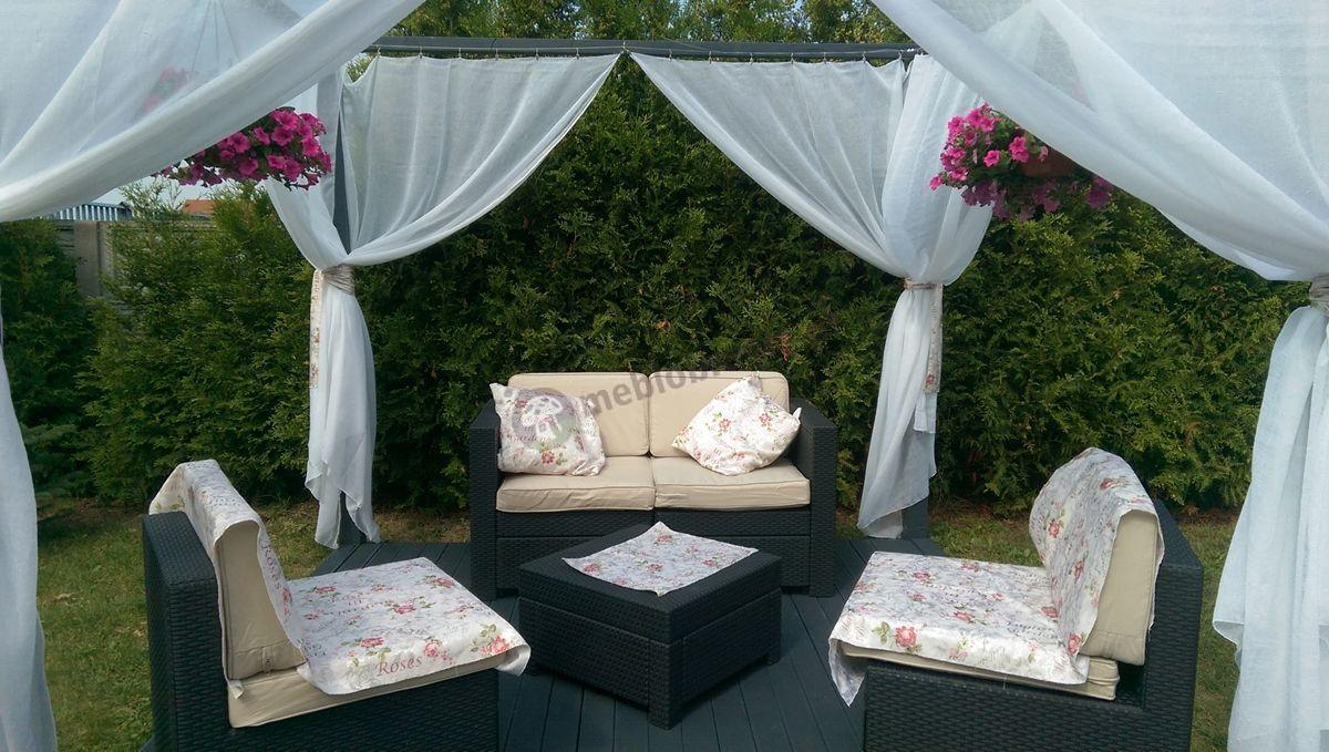 Modułowe meble ogrodowe w osłoniętej firankami altanie