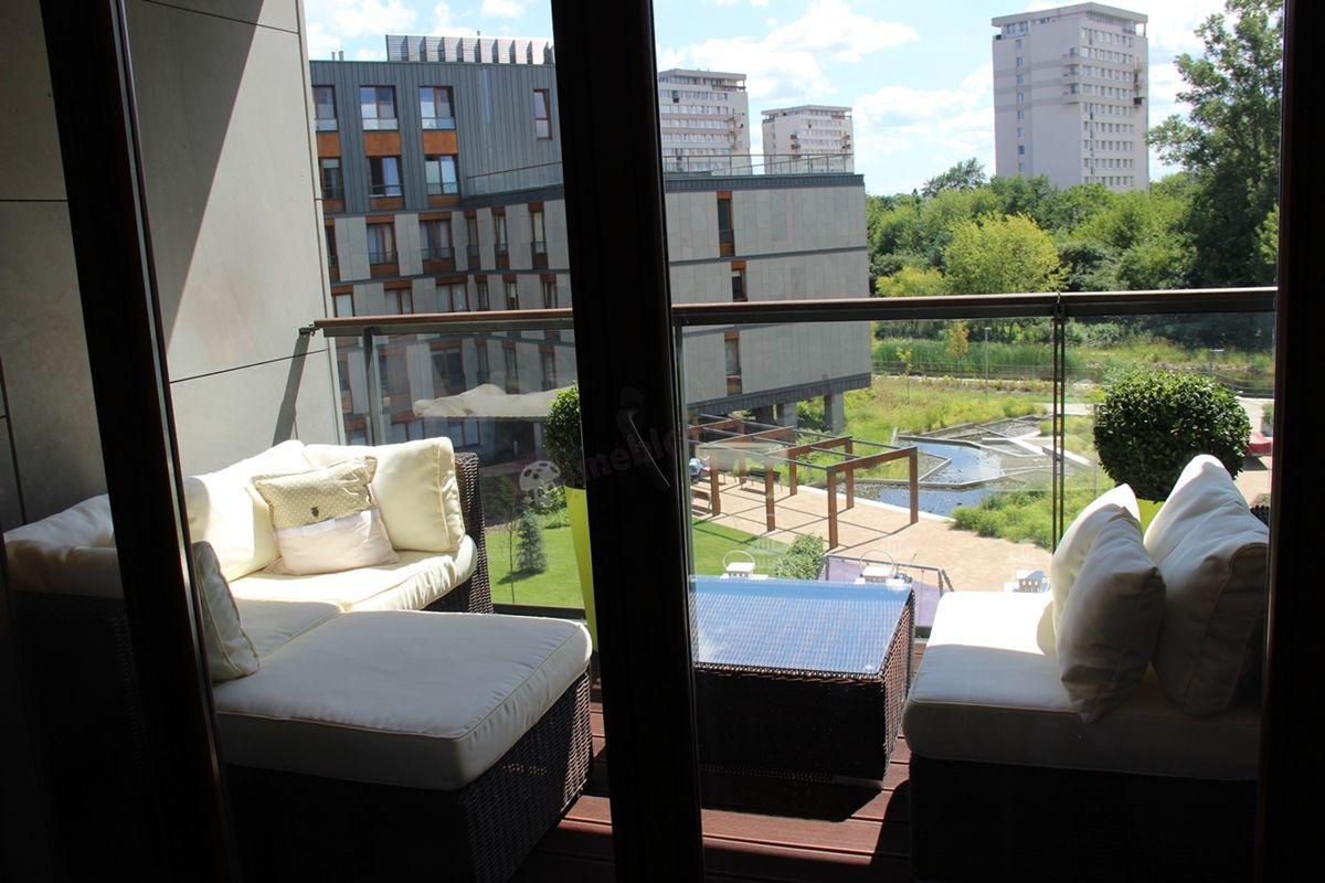 Modułowe meble technorattan ustawione na miejskim balkonie