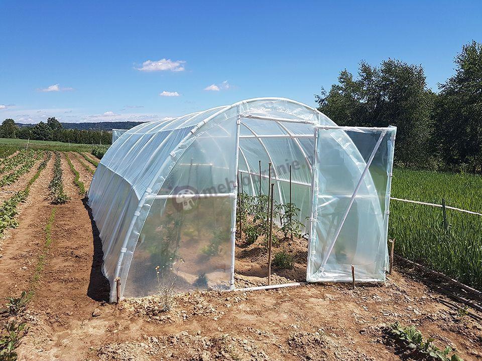 Namiot foliowy na warzywa ustawiony na skraju pola