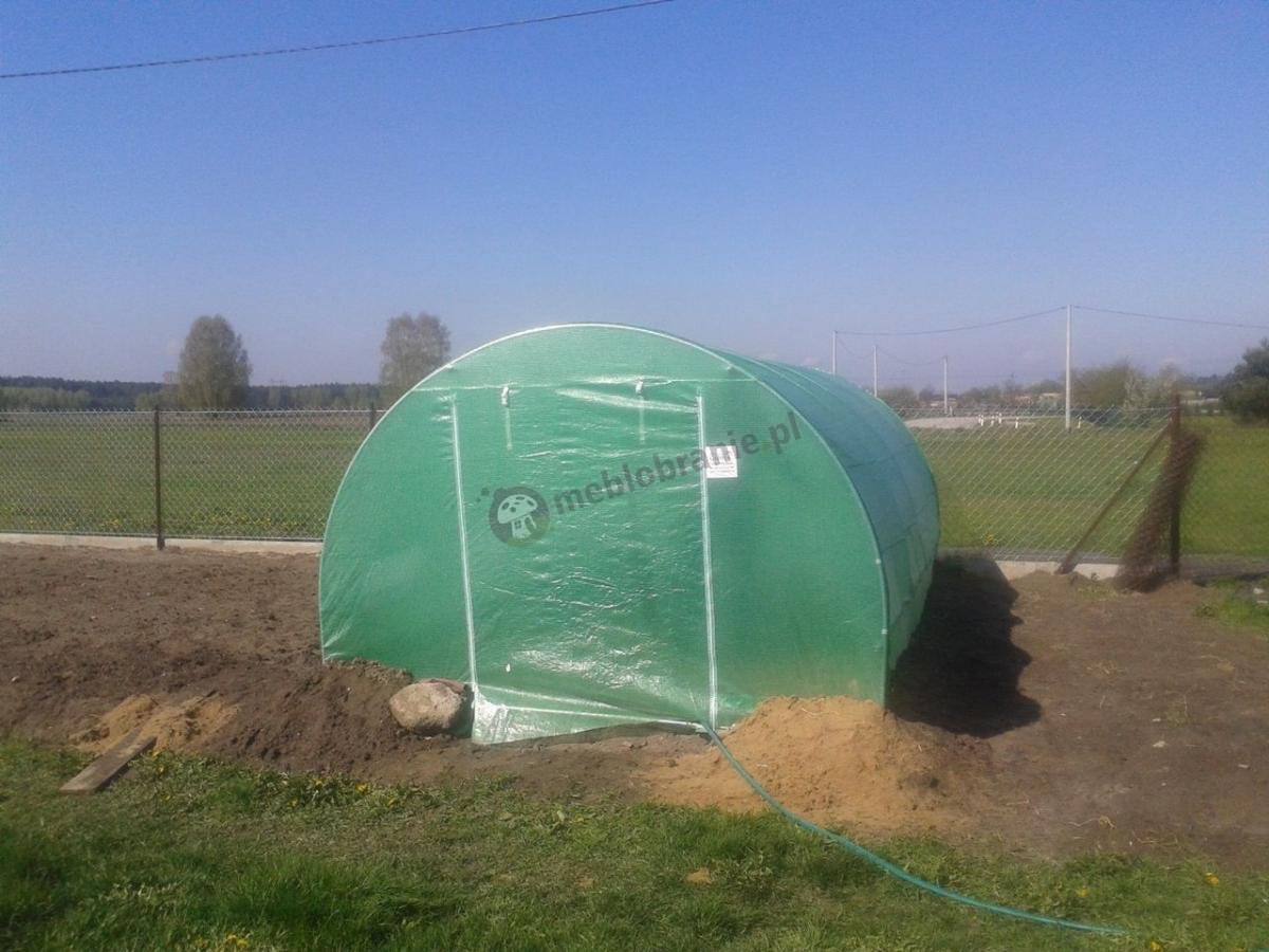Namiot tunel foliowy ustawiony na skraju działki