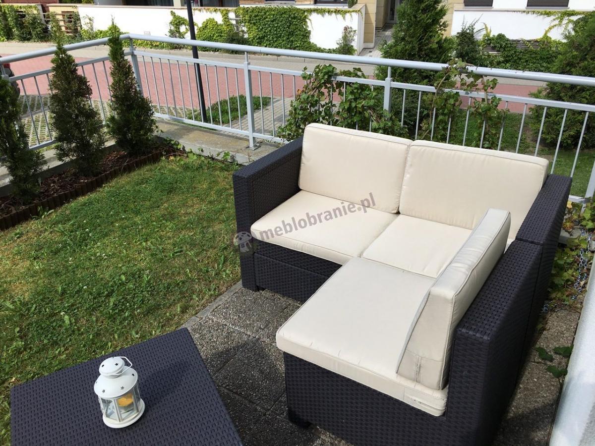 Narożna sofa ogrodowa stworzona z trzech modułów