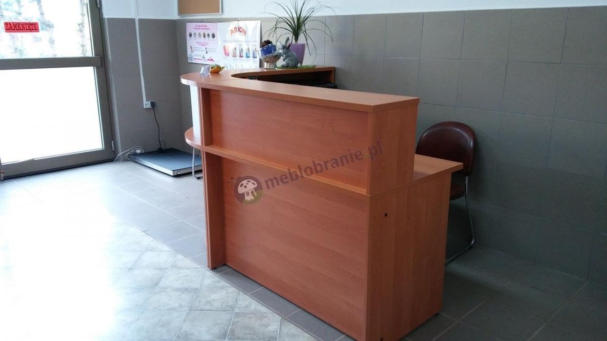 Nowoczesna lada recepcyjna wykorzystywana jako małe biuro