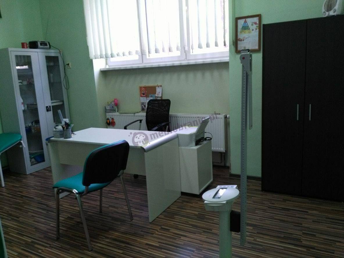 Nowoczesne biurko gabinetowe używane w gabinecie lekarskim