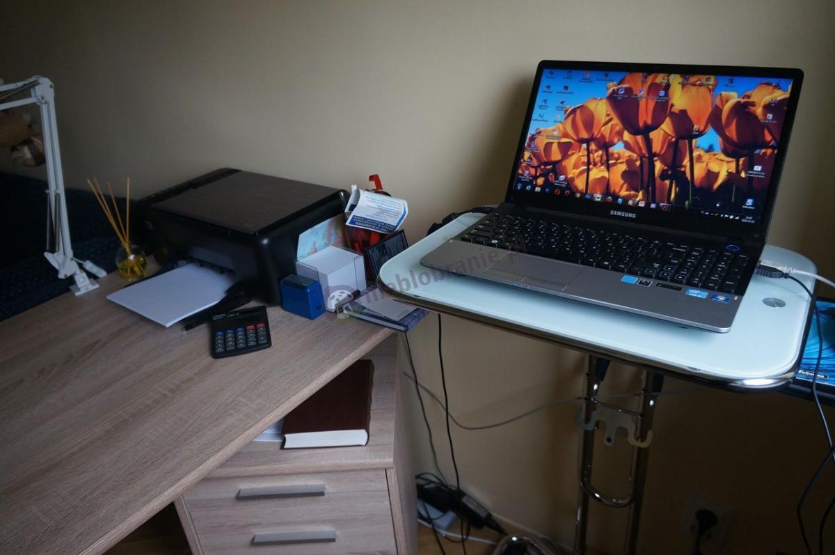 Nowoczesne biurko komputerowe białe przy biurku tradycyjnym