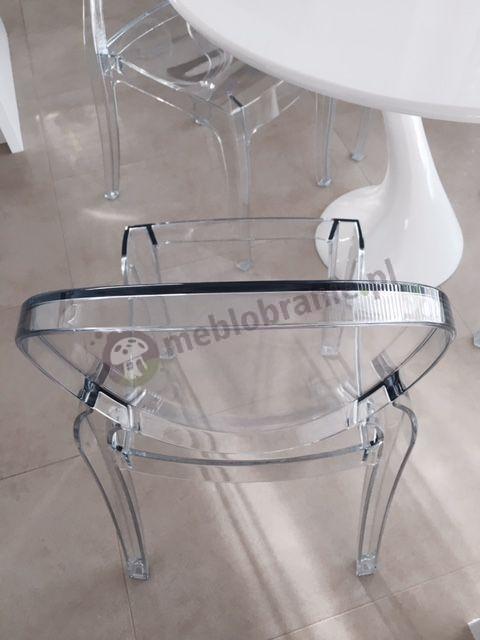 Nowoczesne krzesła transparentne Elizabeth przy białym stole