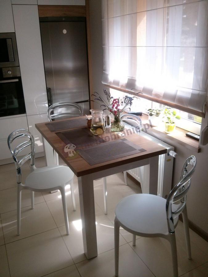Nowoczesne krzesła używane w eleganckiej kuchni