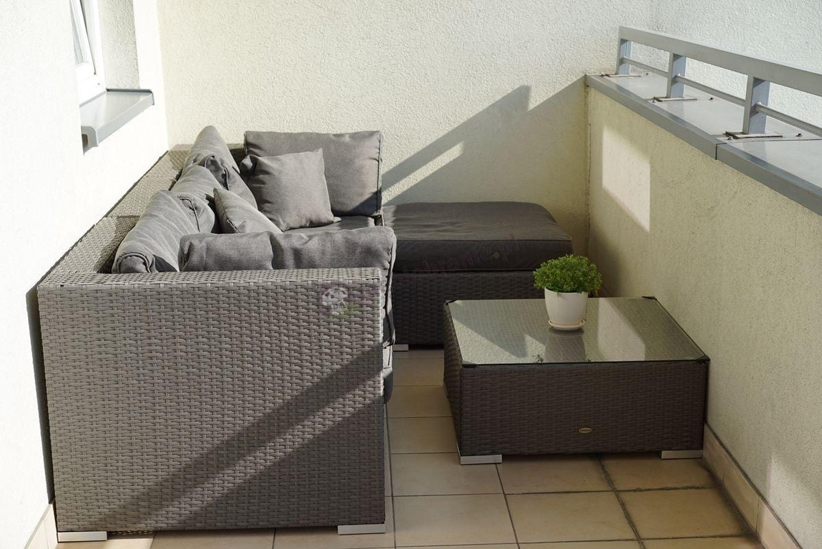 Nowoczesne meble technoratanowe z poduszkami szarymi płaska plecionka