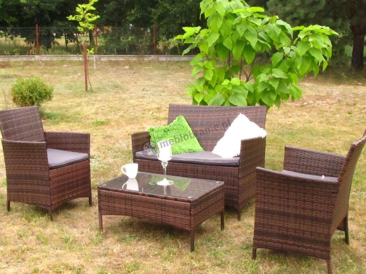 Nowoczesne meble technoratanowe z poduszkami szarymi w ogrodzie