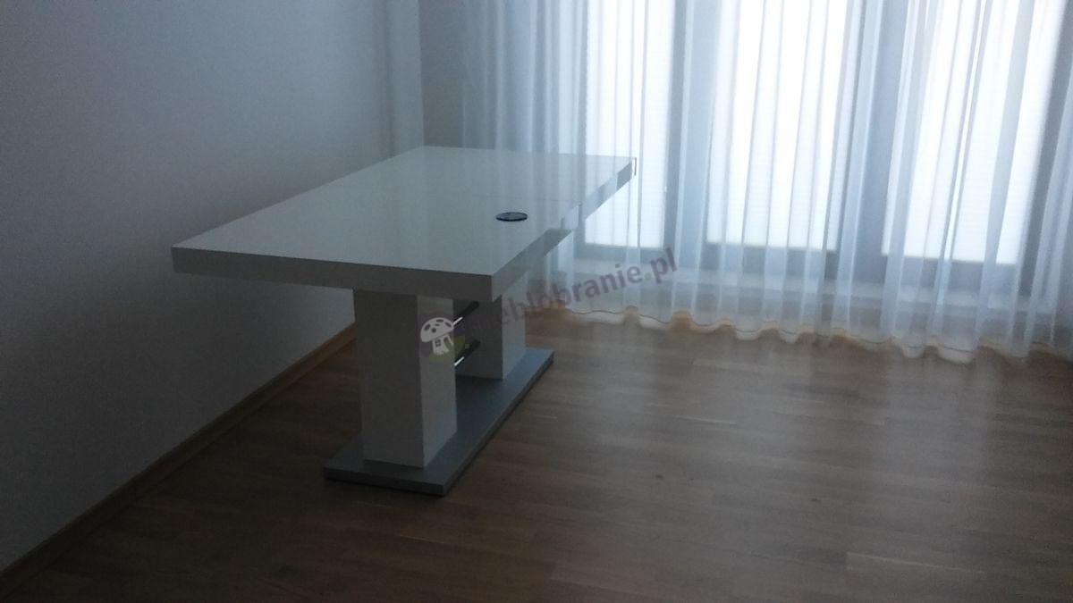 Nowoczesny stół do jadalni Linosa 2 w pustym pokoju
