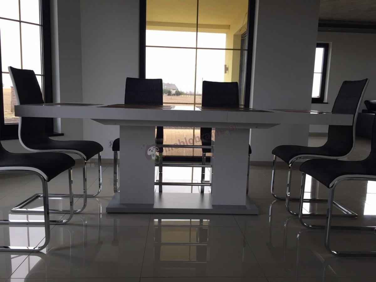 Nowoczesny stół do salonu w eleganckim wnętrzu