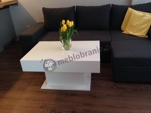 Nowoczesny stolik biały wysoki połysk ozdobiony tulipanami