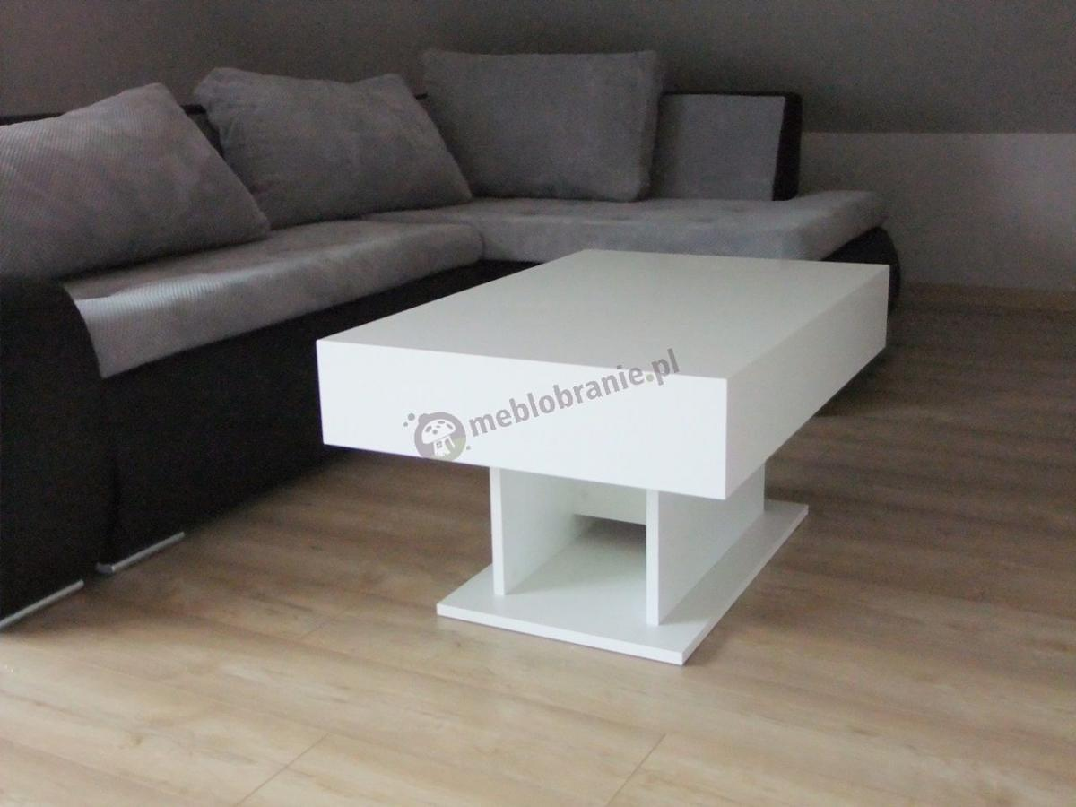 Nowoczesny stolik do salonu biały połysk w pokoju na poddaszu