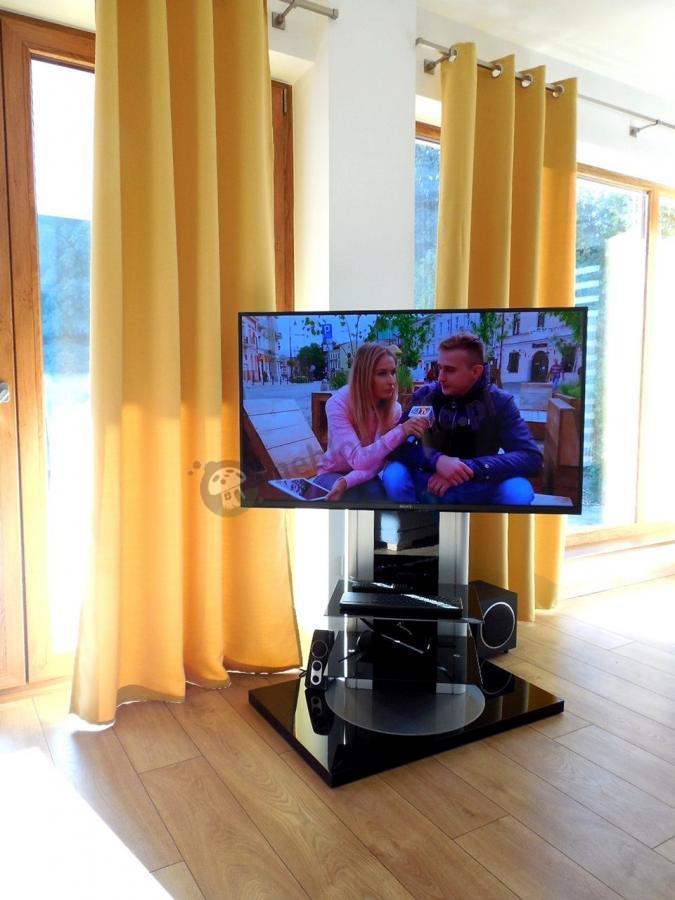 Obrotowy stolik RTV Roma w jasnym przestrzennym salonie